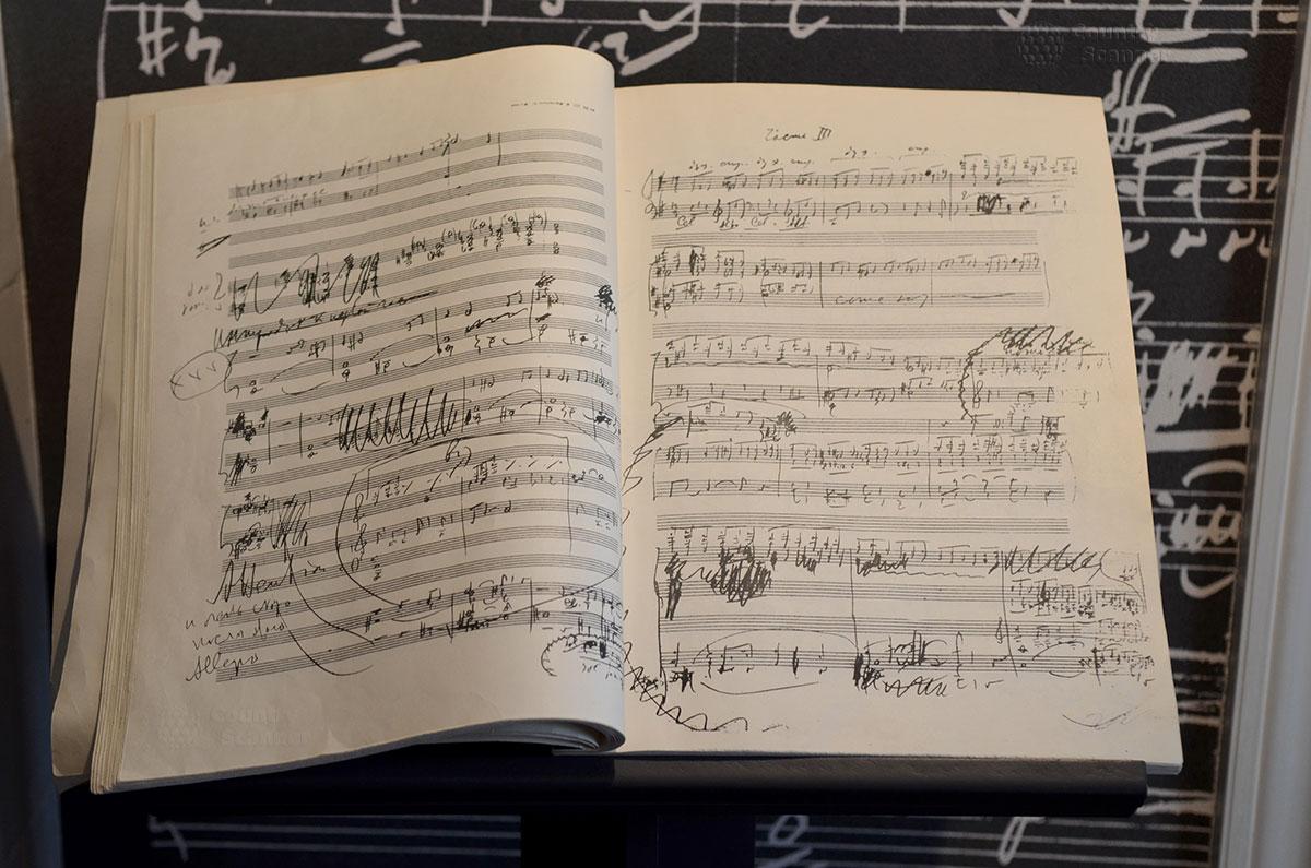 Демонстрируемая в музее Чайковского черновая нотная тетрадь композитора. Знатоки поймут полет музыкальной мысли и суть поправок, которыми пестрят страницы тетради.