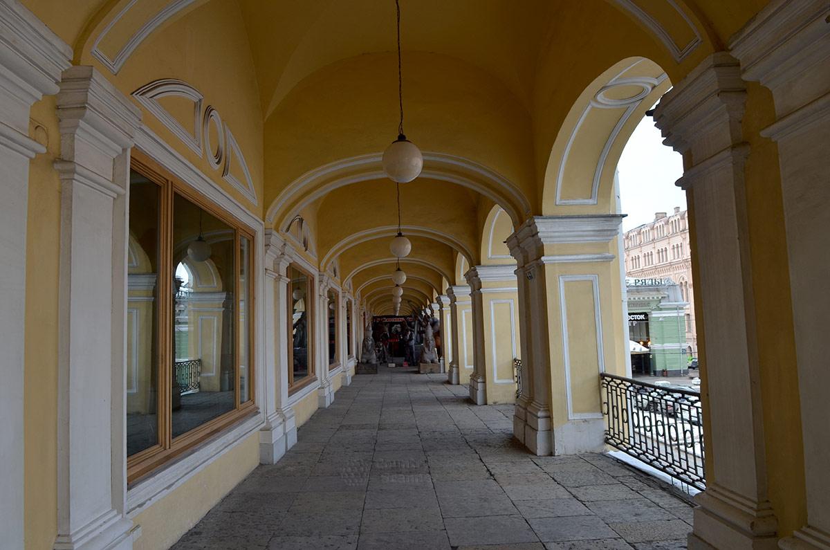 Гостинный двор - место расположения музея восковых фигур в Санкт-Петербурге.