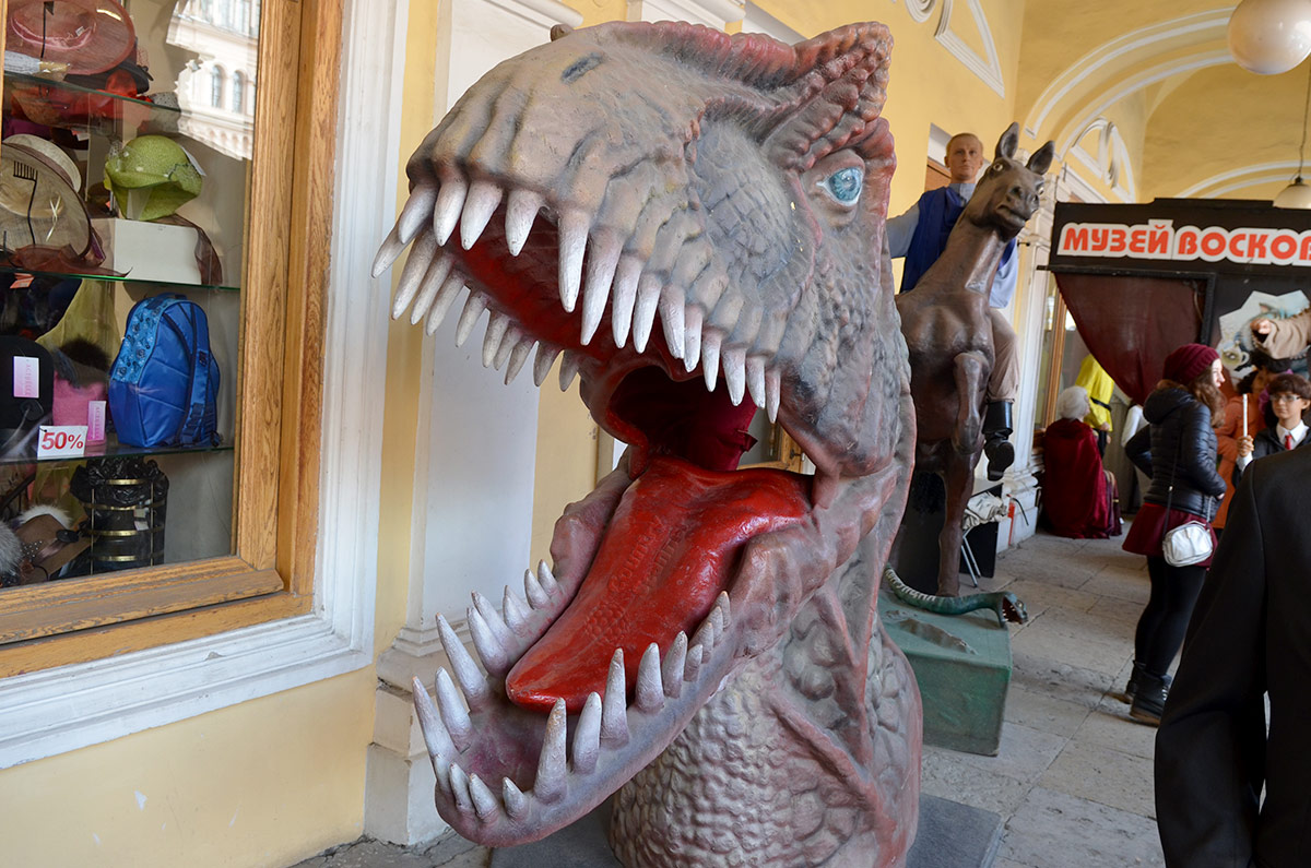 Хищная рептилия у входа в музей восковых фигур.