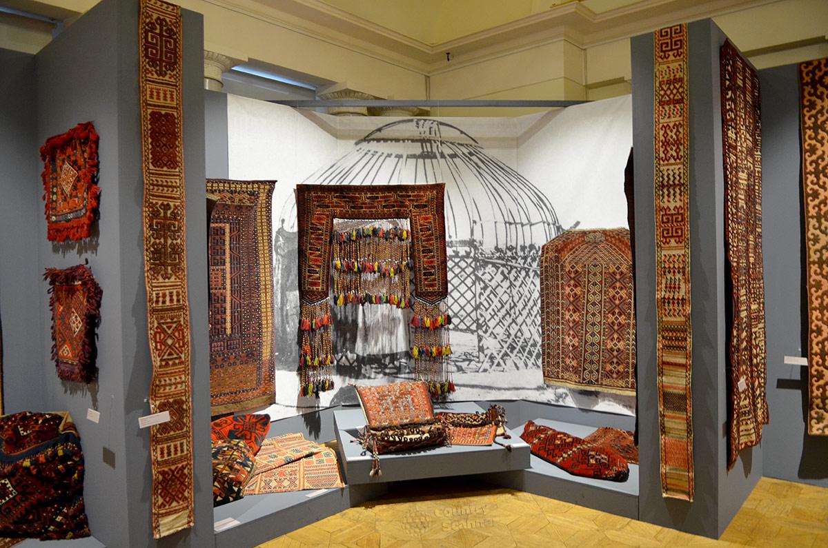Туркестанские ковры, в том числе красочный капунук, обрамляющий вход в стилизованное жилище, открывают экспозицию музея Востока. Ковры – непременная составляющая многих витрин.