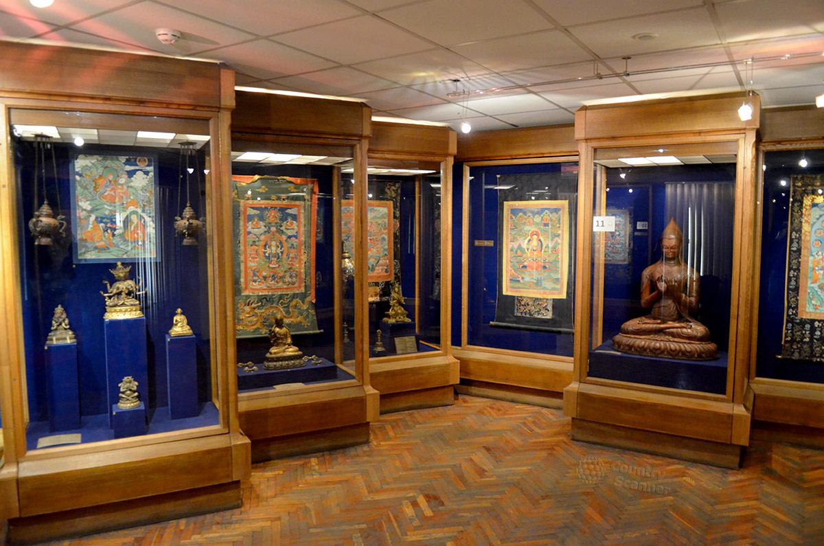 Тибетская экспозиция музея Востока включает несколько витрин с разнообразными экспонатами. Привлекает внимание статуя сидящего религиозного деятеля, выполненная из дерева в реальных человеческих размерах.