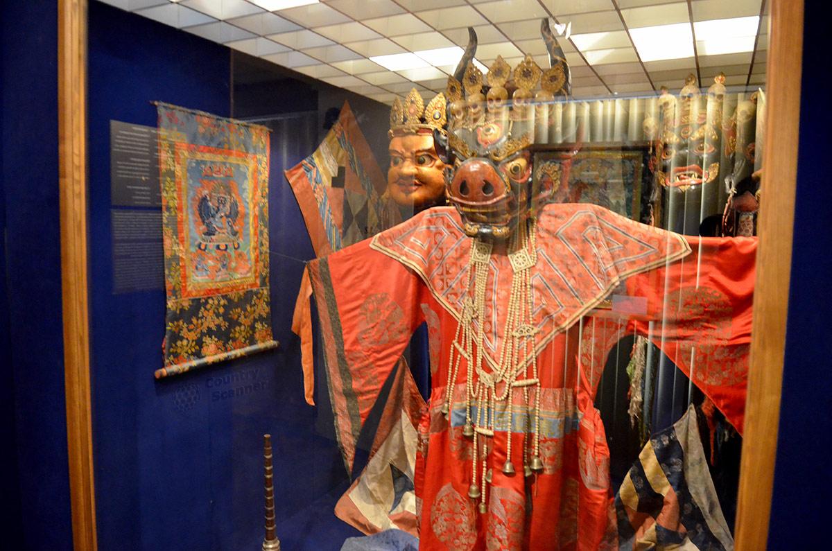 В экспозиции, посвященной Монголии, в числе прочих выставлен один из самых ярких экспонатов музея Востока. Манекен танцевальной церемонии Цам в красочном наряде, с головой вымышленного чудовища впечатляет посетителей.