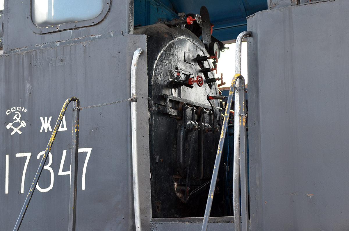 В музее железнодорожного транспорта разрешен свободный доступ к рабочим местам экипажа одного из паровозов. Топка паровоза интересует и детей, и взрослых.