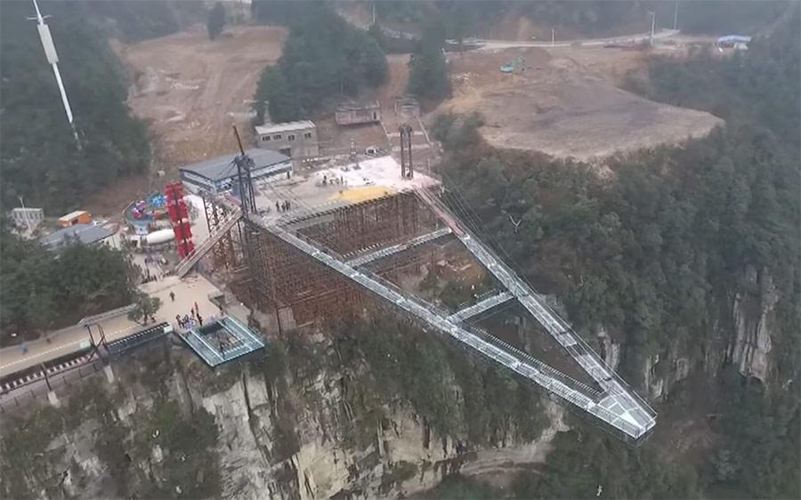 Новость 17-04-2017 Строительство стеклянного моста в китайском городе Чунцин