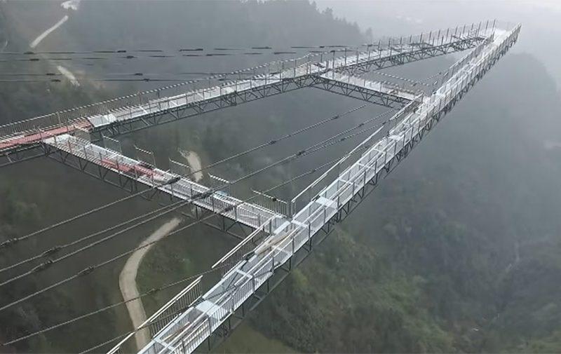Новость 17-04-2017 Стеклянный мост открылся в китайском городе Чунцин