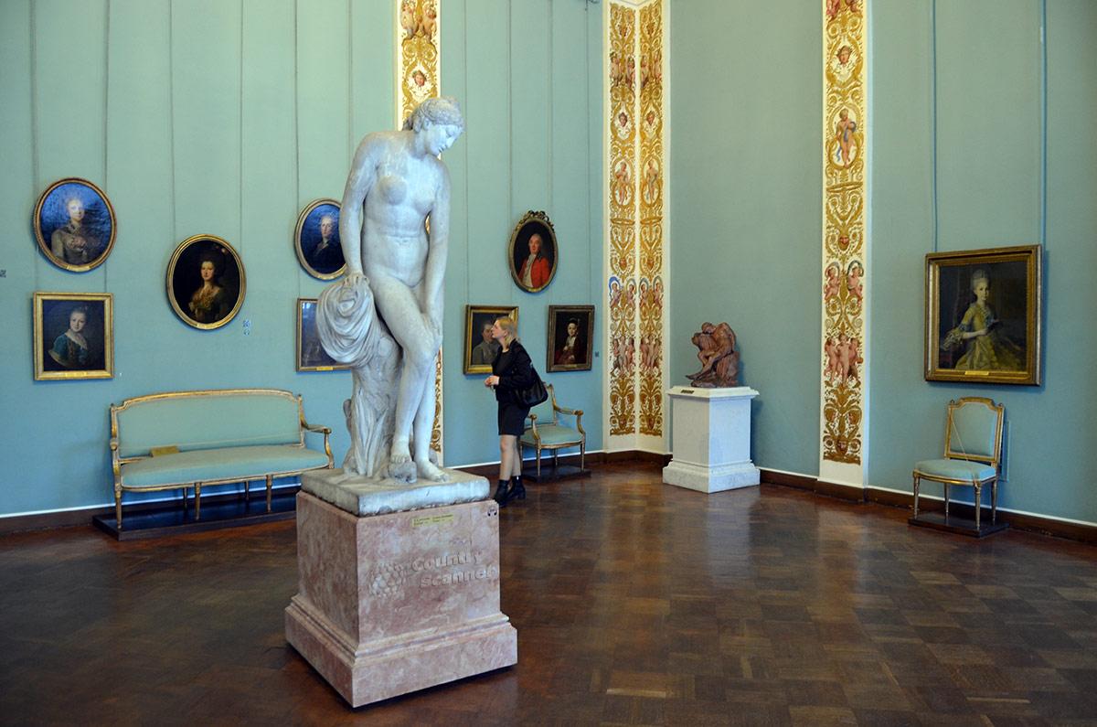 Зал Русского музея с оригинальным оформлением представляет статую Венеры, исполненную скульптором Ф. Щедриным. Необычно стыдливая богиня красоты получилась.