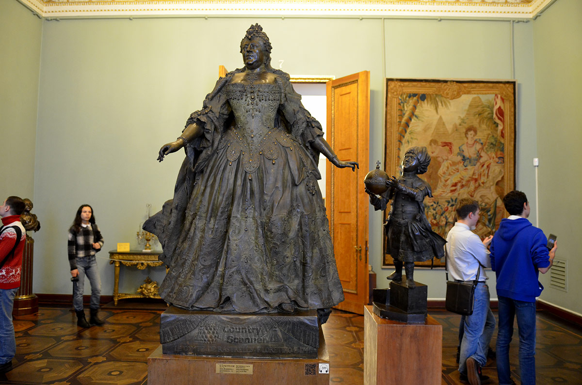 Русский музей представляет скульптурную группу на двух постаментах. Императрицу Анну Иоанновну и арапчонка – пажа изваял отец великого архитектора Б. Растрелли.