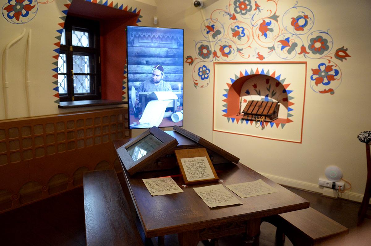 Расписанный русским орнаментом уголок интерактивной комнаты в Стрелецких палатах. Стол и игровые места для активных творческих занятий, игр и тематических викторин.