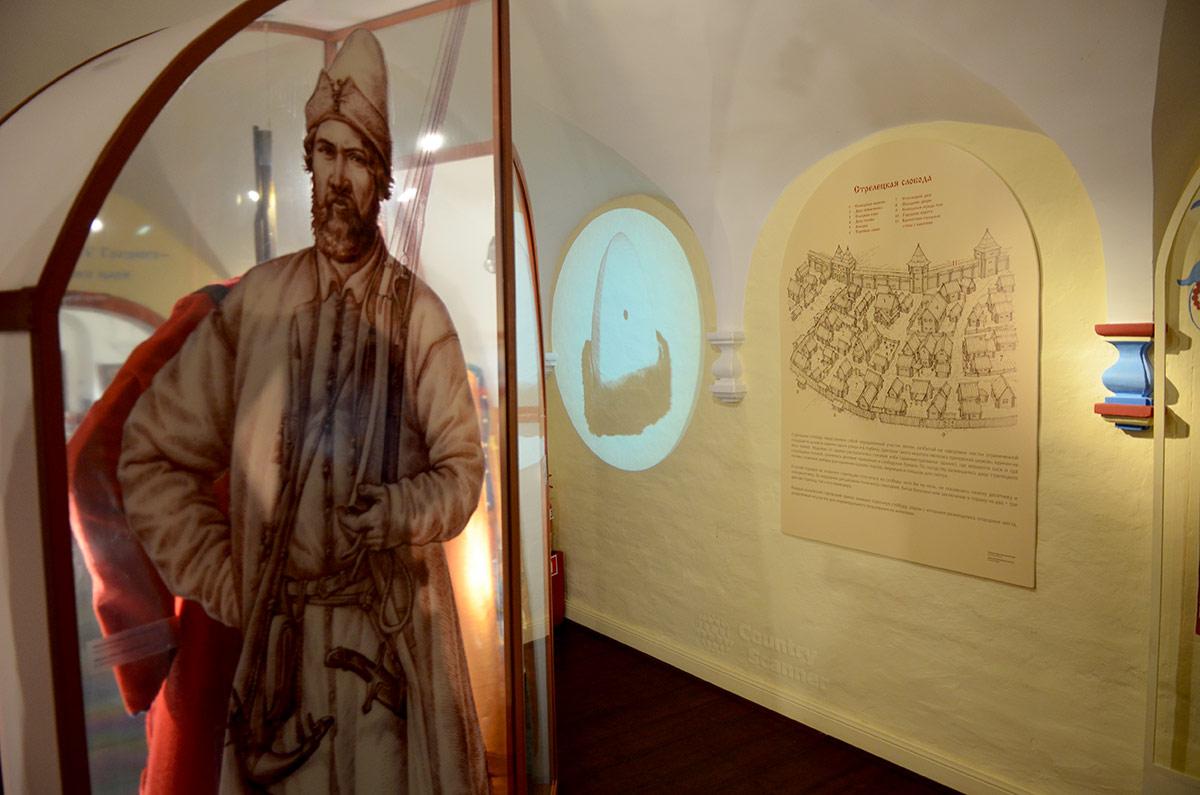 Стрелецкие палаты встречают посетителей изображением царского воина на стекле витрины со стрелецким обмундированием. Рядом информационный стенд.