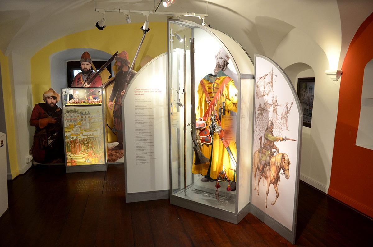 Виды музейных витрин Стрелецких палат. Прямоугольная прозрачная колонна и витрина, напоминающая трехстворчатую икону с текстом, рисунками и натуральными экспонатами.