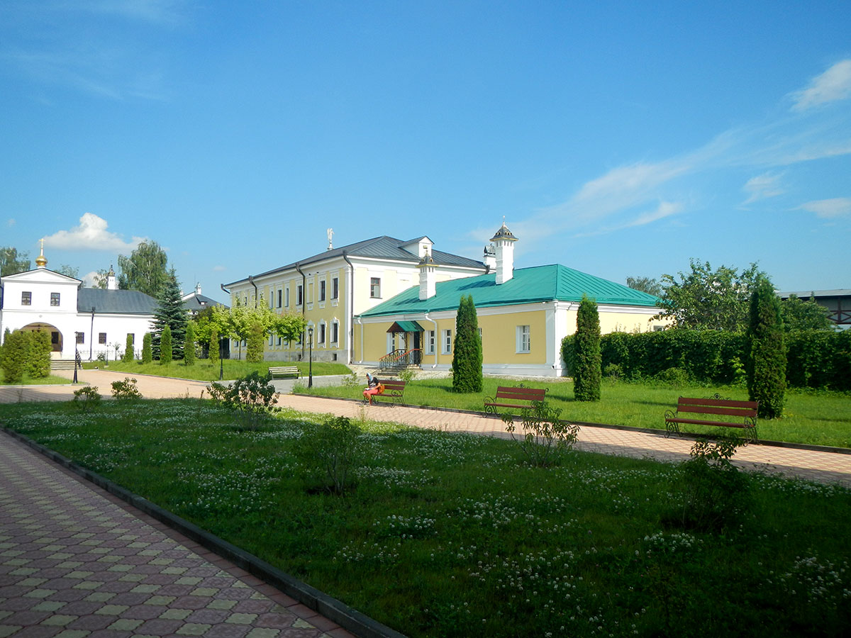 Посетителям предстает удивительно ухоженная территория Высоцкогомонастыря, упорядоченность посадок и свежий вид старинных зданий.