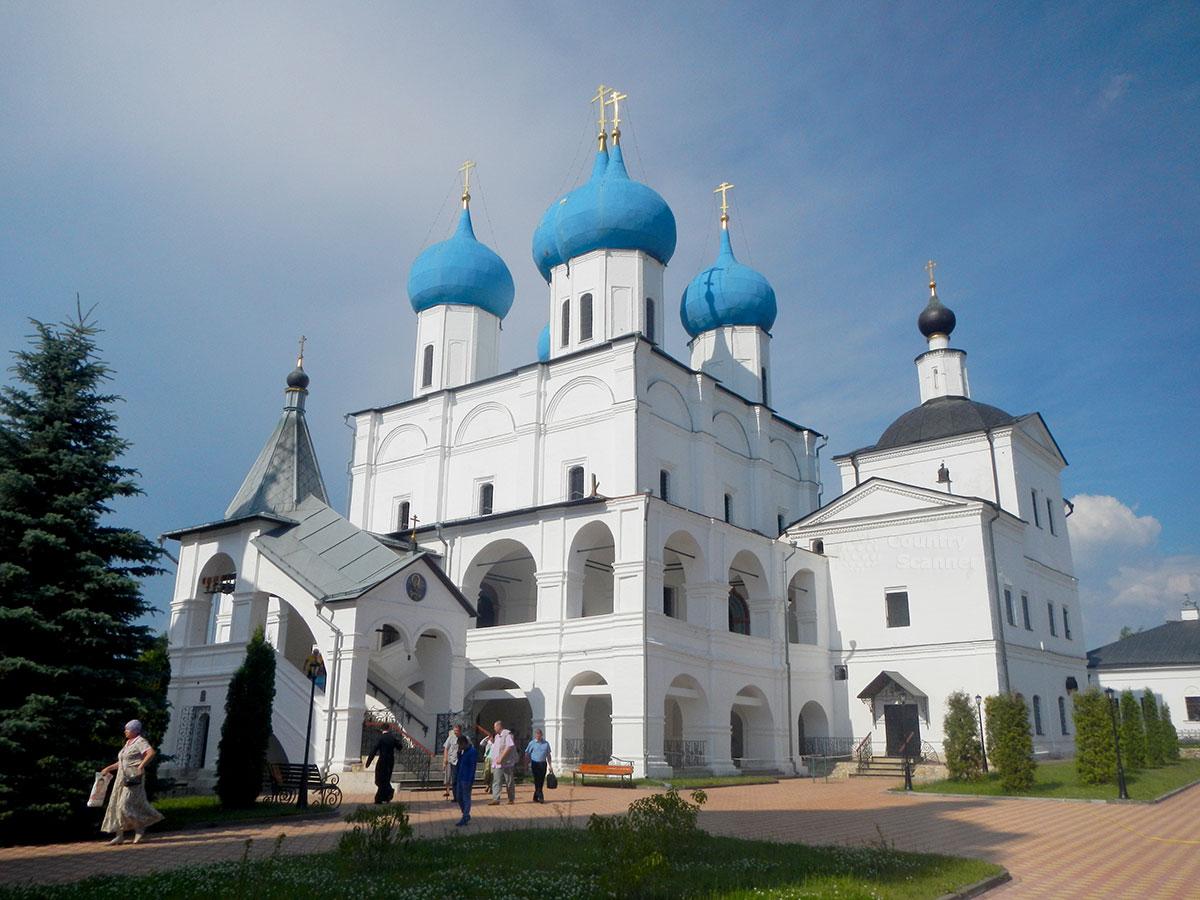 Храмы Высоцкого монастыря: Зачатьевский собор и Сергиевская церковь, самые древние из сохранившихся в обители сооружений.