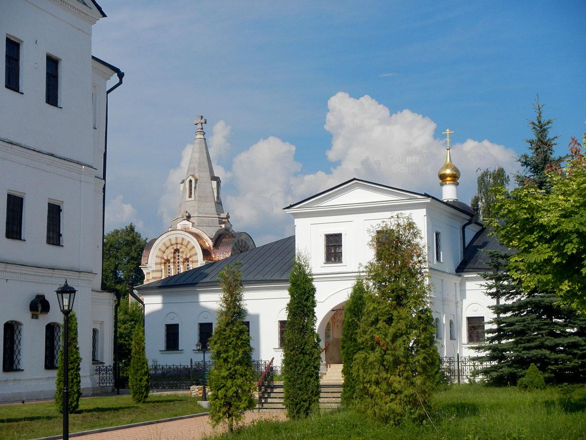 Еще один вид на Настоятельский корпус Высоцкого монастыря, на этот раз можно увидеть Всехсвятную церковь с массивным крестом на вершине пирамиды шатра.