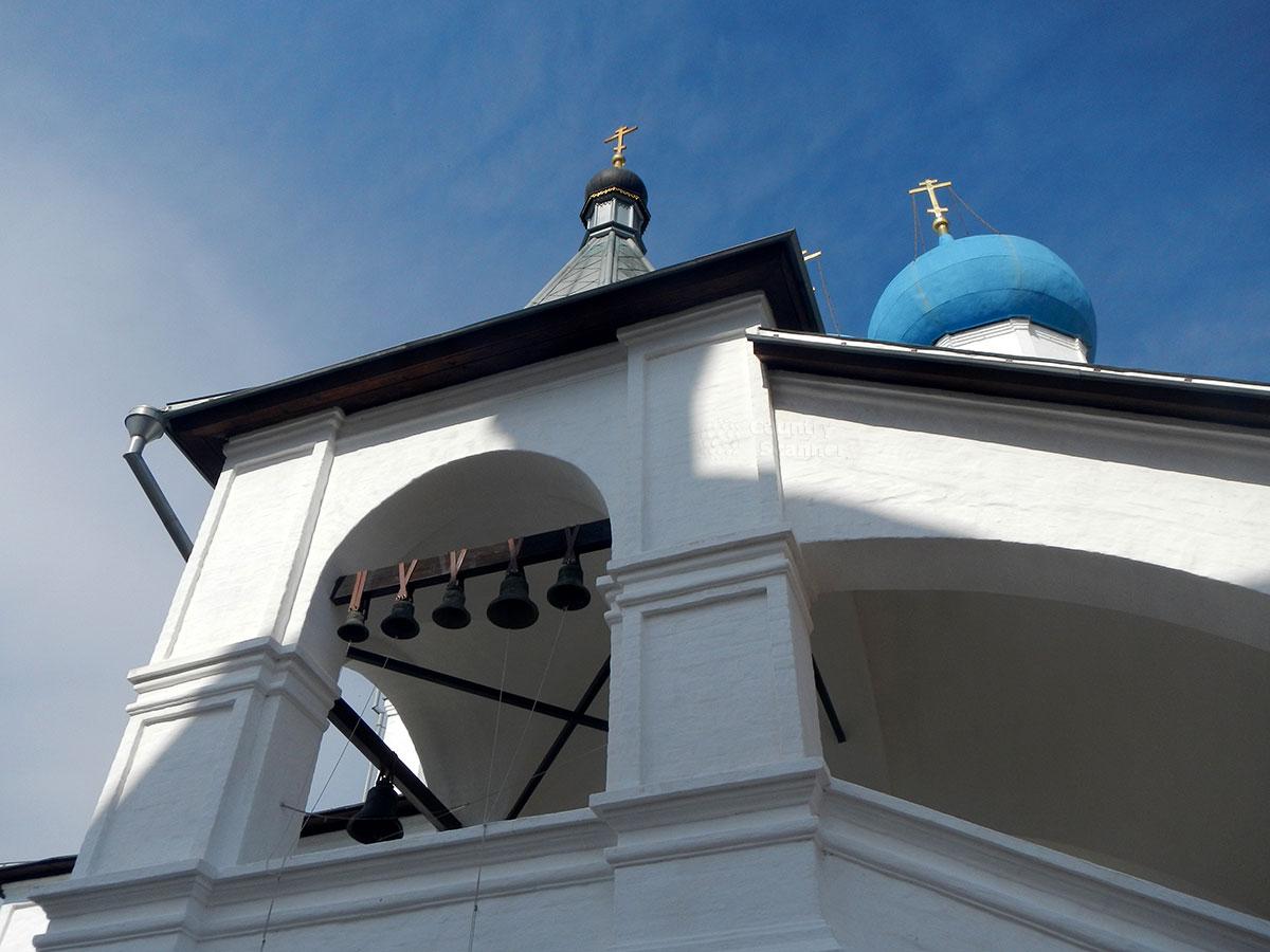 Вид на звонницу часовни Афанасия Серпуховского, похороненного под лестницей храмового крыльца Высоцкого монастыря по его прижизненному пожеланию.