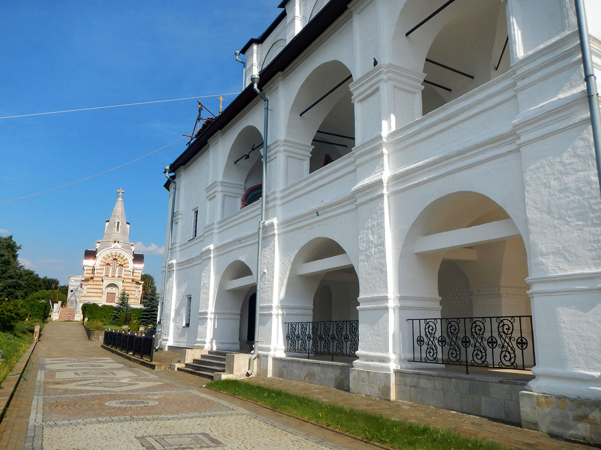 Галереи Зачатьевского собора Высоцкого монастыря хорошо просматриваются, если зайти с левой стороны Всехсвятская церковь также лучше просматривается.
