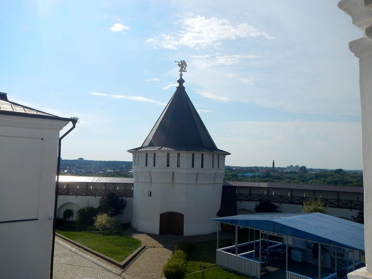 Сторожевая башня Высоцкого монастыря и его крепостные стены, на их фоне приблизившиеся за долгие годы городские районы.