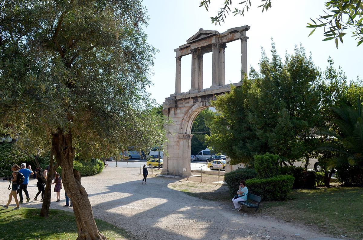 Триумфальная арка Адриана сооружена по повелению этого властителя римской империи. Подобных сооружений из двух ярусов, по имеющейся информации, в мире больше нет.