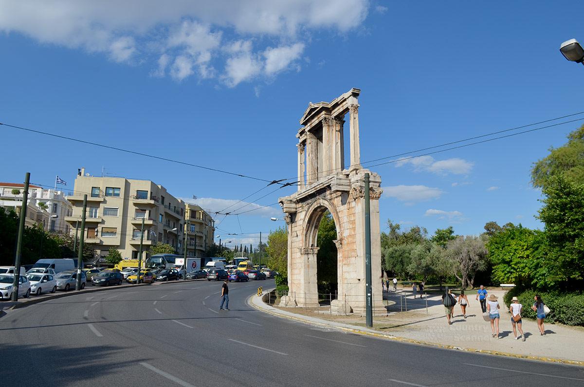Расположена арка Адриана на границе старого района Афин – Плаки и построенного римлянами Адрианополиса. Рядом проспект королевы Амалии, супруги первого короля независимой Греции.