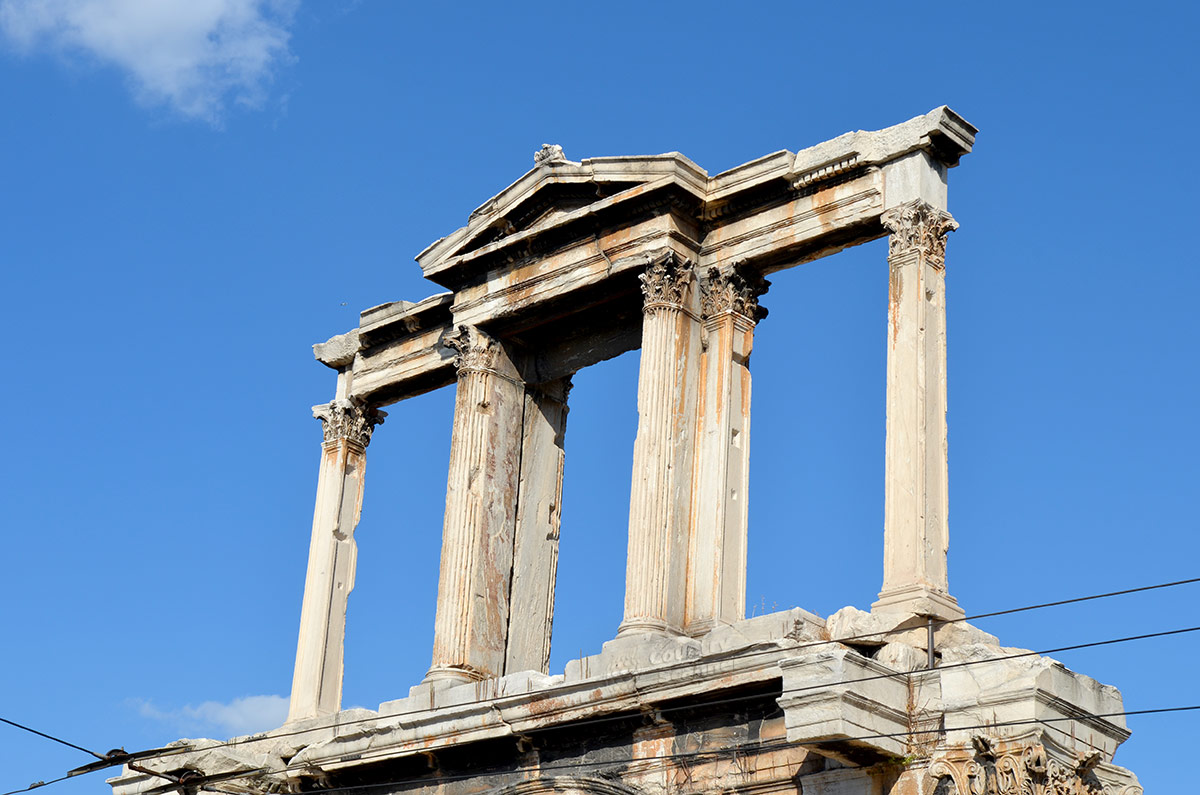 Верхнее строение арки Адриана состоит из колонн и пилястр, перекрытых балкой. Образованные проемы венчает треугольный фронтон со скульптурой на коньке.