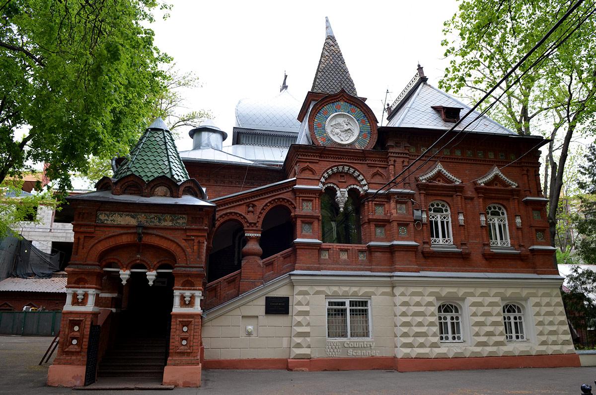 Здание бывшего Старого музея древностей купца Щукина приспособили для размещения административного аппарата биологического музея Тимирязева.
