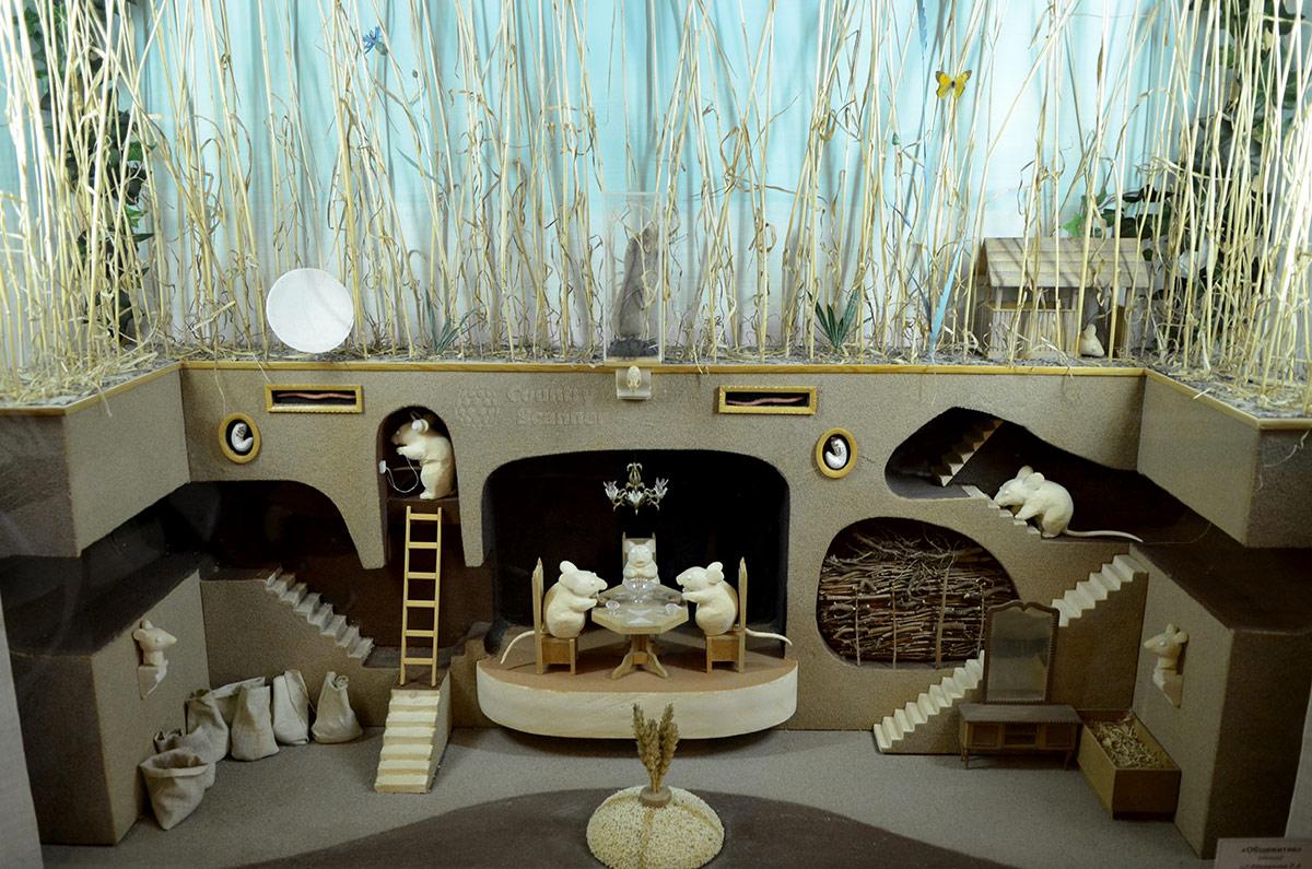 Красочная инсталляция подземной жизни обитателей почвы в музее почвоведения. Жизнь зверушек показана аллегорически, особенно привлекает младших посетителей.