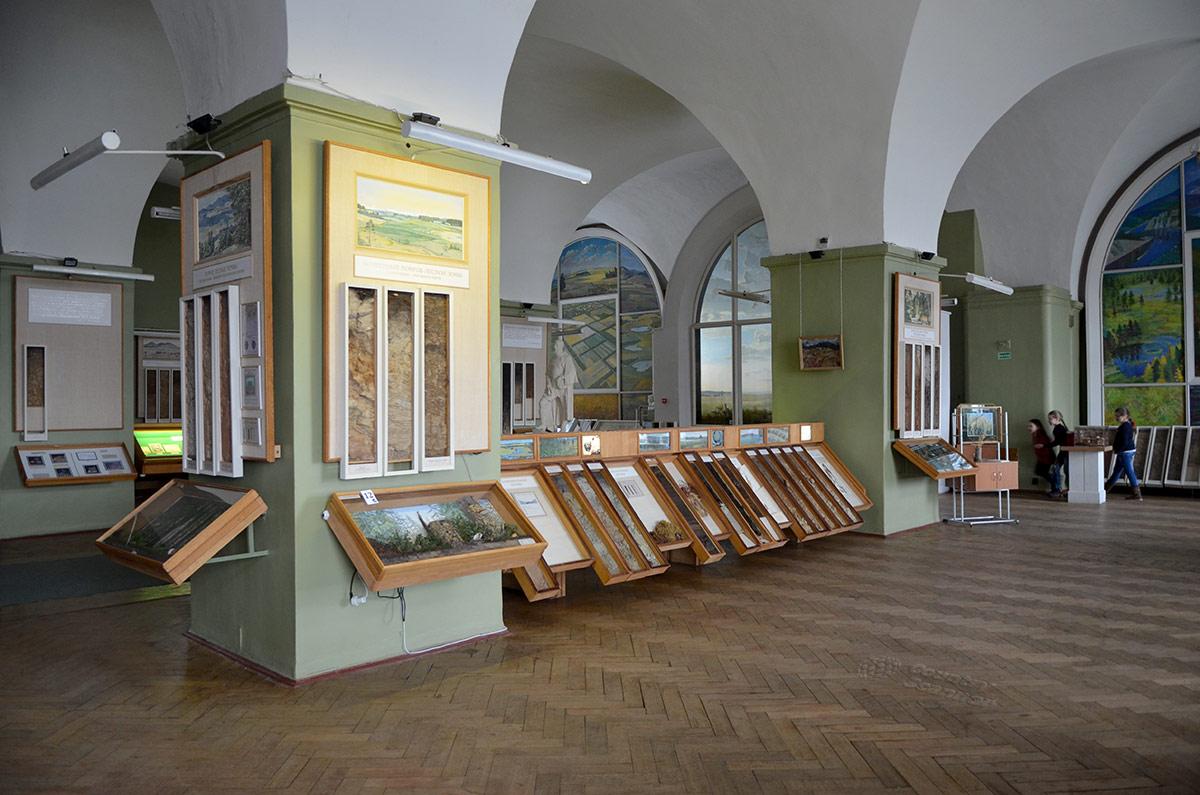 Общий вид экспозиции музея почвоведения, рассказывающей о наиболее распространенных типах почвенного слоя планеты и обстоятельствах их образования.