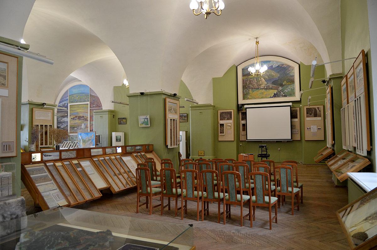 Лекционный уголок в музее почвоведения, используемый для демонстрации отснятых в экспедициях фильмов и репортажей об исследованиях в различных регионах.
