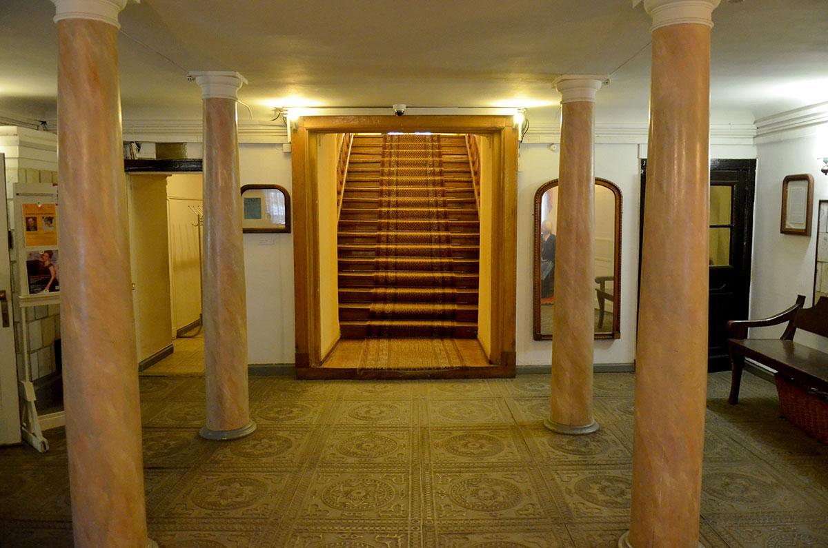 В прихожей музея Ермоловой посетителей встречают необычные для бывшего жилого здания мраморные колонны в два ряда. Не менее редок пол из литых чугунных плит с орнаментом.