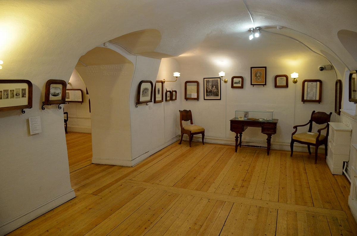 В помещении цокольного этажа музея Ермоловой вывешены документы о раннем периоде ее жизни и начале творческого пути. Здесь же игрушечный кукольный театр, ее детская забава.