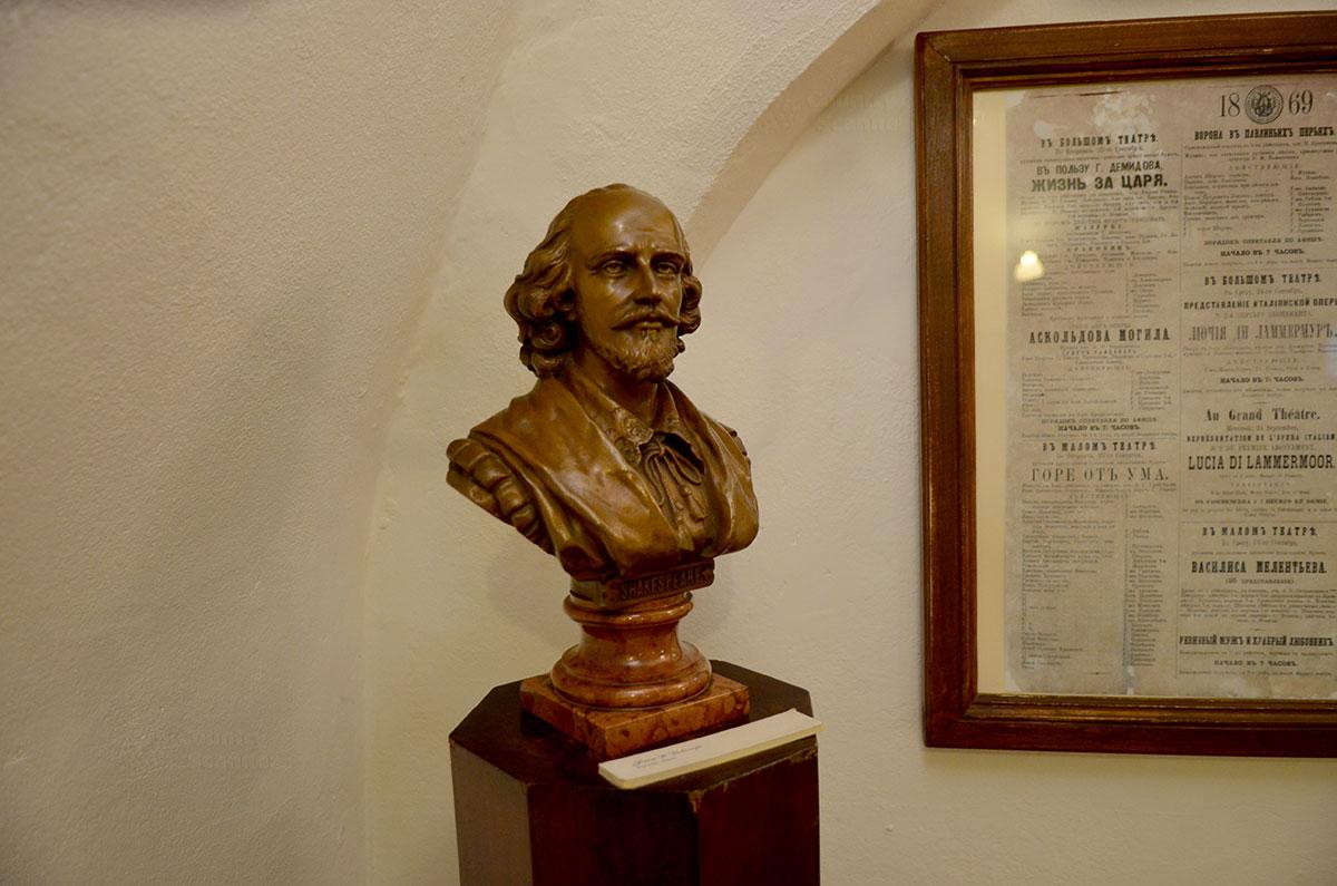 Музей Ермоловой имеет в своей экспозиции редкий бюст Шекспира, подаренный актрисе по какому-то торжественному поводу. Рядом в рамке раритетные афиши спектаклей с ее участием.