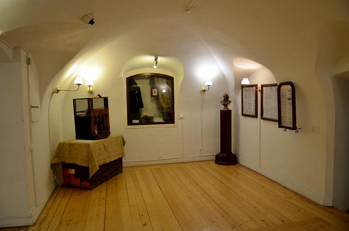 На нажнем этаже музея Ермоловой – полуподвальные помещения, похожие на комнаты родного дома актрисы. Здесь размещены экспонаты о детстве Марии и периоде обучения.