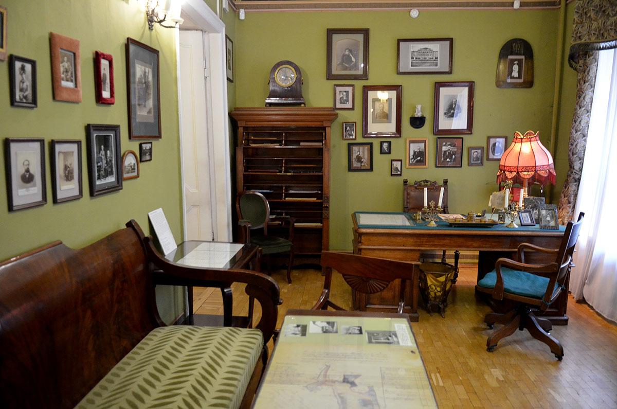 Кабинет адвоката Шубинского, депутата Государственной Думы и мужа актрисы, - одна из мемориальных комнат музея Ермоловой. Здесь юрист принимал своих клиентов.