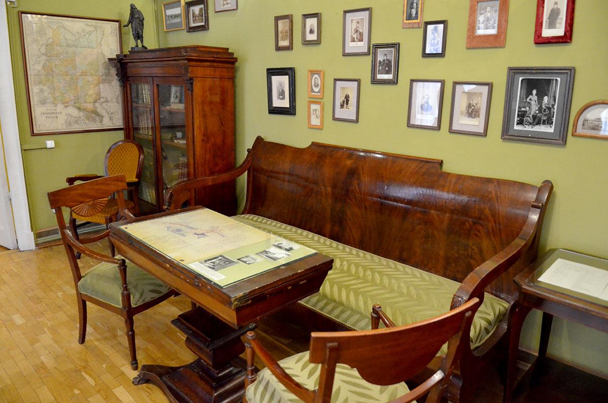 Другой ракурс кабинета Шубинского в музее Ермоловой, диван и стол для ведения доверительных бесед с подзащитными практикующего адвоката. Множество памятных фотографий украшают стены.