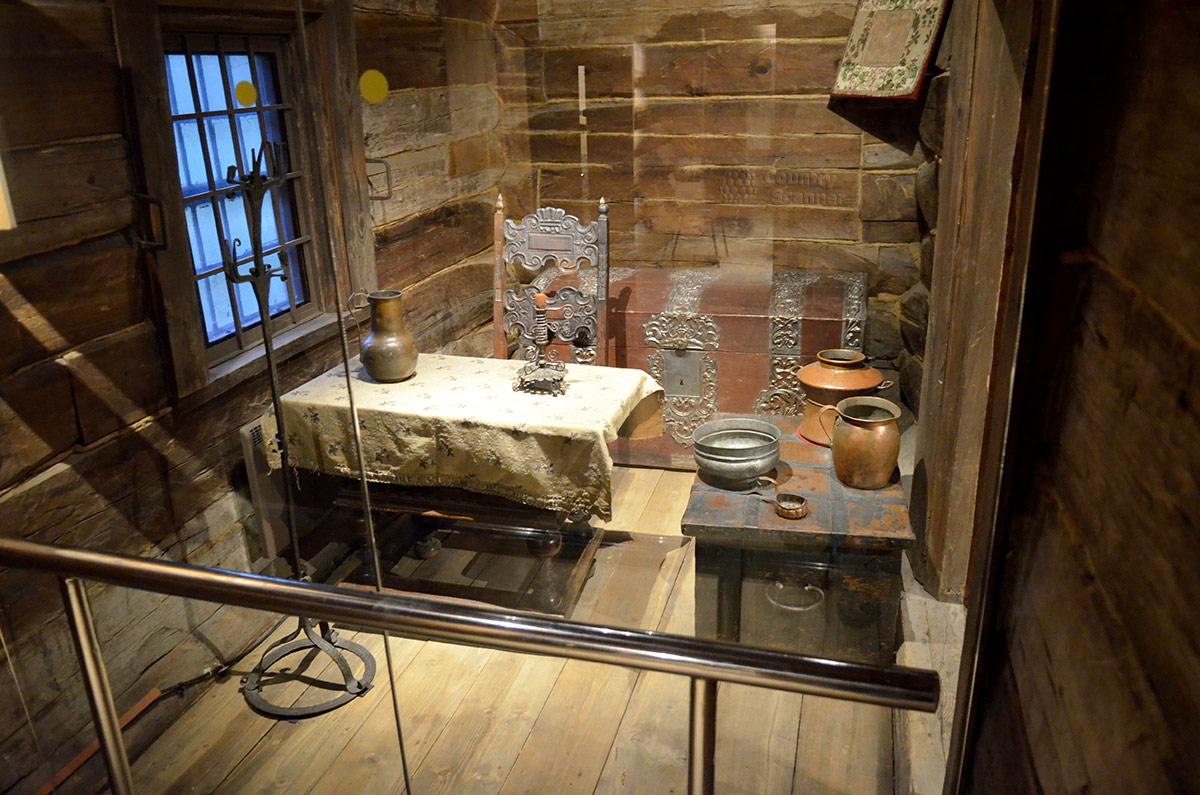 Денщицкая домика Петра обставлена, естественно, скромнее царских покоев. Здесь стол с холщовой скатертью, сундук (почти как хозяйский) да столик с посудой.