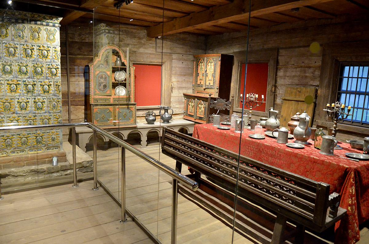 Столовая в домике Петра обставлена длинным столом, покрытым красной скатертью, и такого же размера скамейками. Посуда почти сплошь оловянная европейского производства как на столе, так и в шкафах – поставцах.