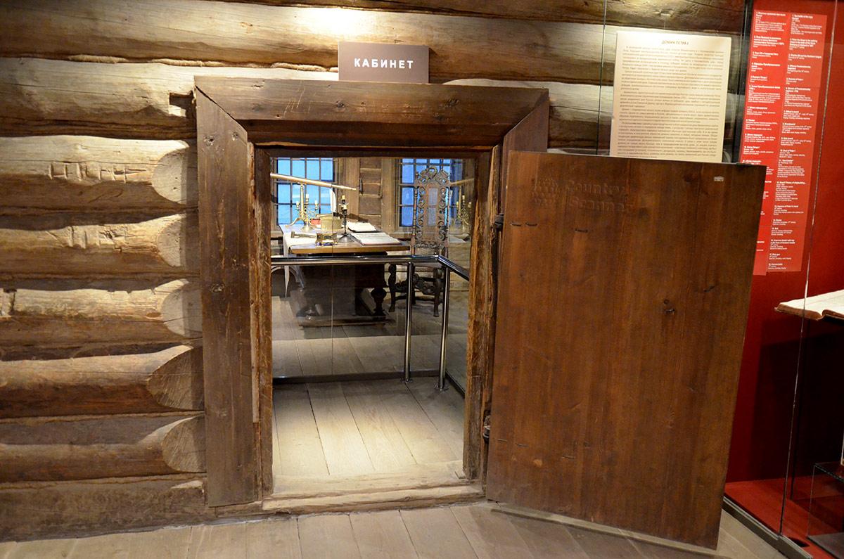 Левая дверь из холодных сеней домика Петра ведет в царский кабинет, с порога больше напоминающий помещение инженера или ученого. Впрочем, царь был и тем, и другим.