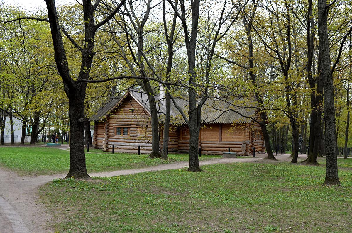 Общий вид домика Петра Первого со стороны прируба к основному срубу строения. Вывезенная с русского Севера временное жилище царя сохранено для потомков.