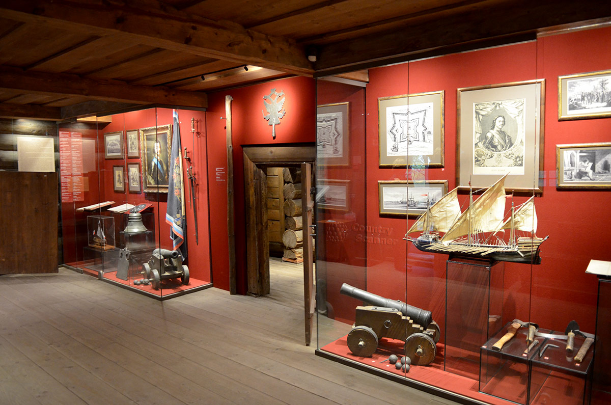 Холодные сени домика Петра использованы для размещения исторической части экспозиции, представляющей многие любопытные экспонаты. Здесь оружие и модели судов, картины и чертежи строящейся крепости.