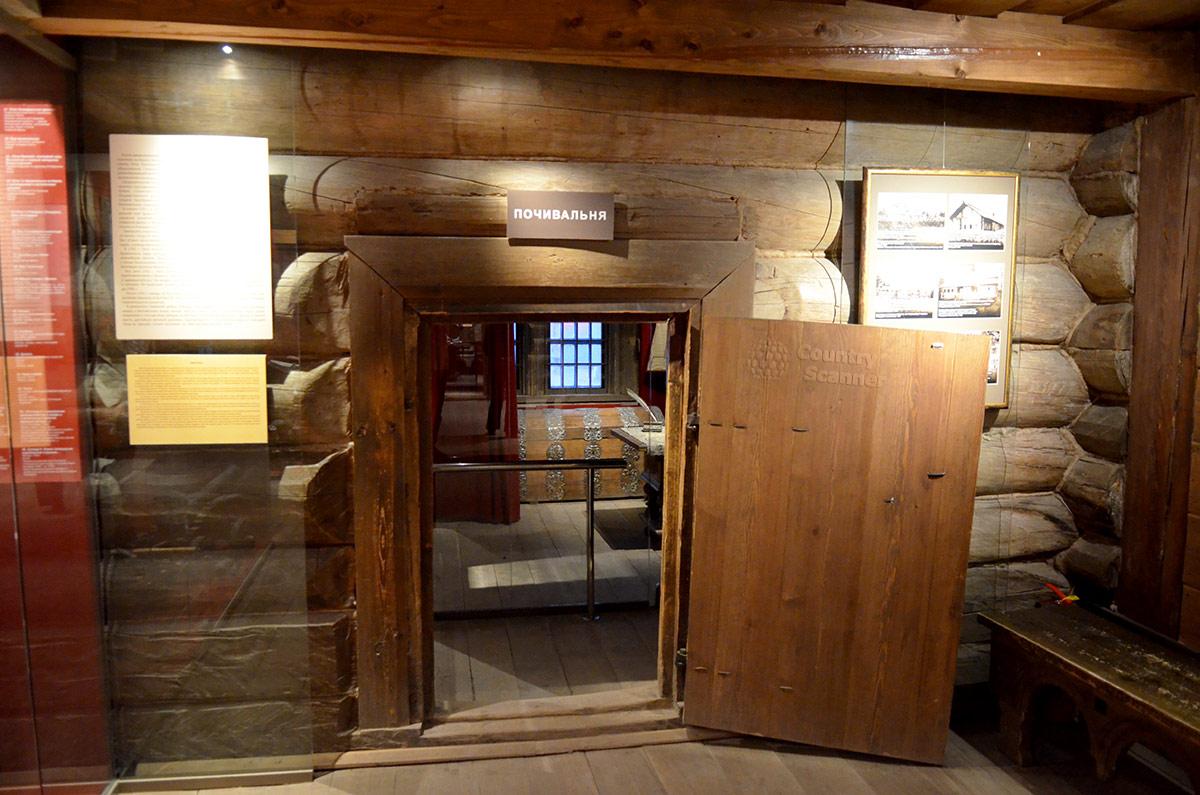 Один из входов в царскую опочивальню домика Петра расположен в правой стене холодных сеней. Подробные пояснения на планшетах предоставляют полную информацию об объекте.