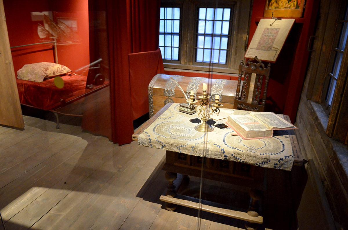 Обстановка опочивальни в домике Петра включает железную кровать европейского изготовления, традиционный русский сундук и стол для работы. На стене икона, сопровождающая царя всю жизнь.