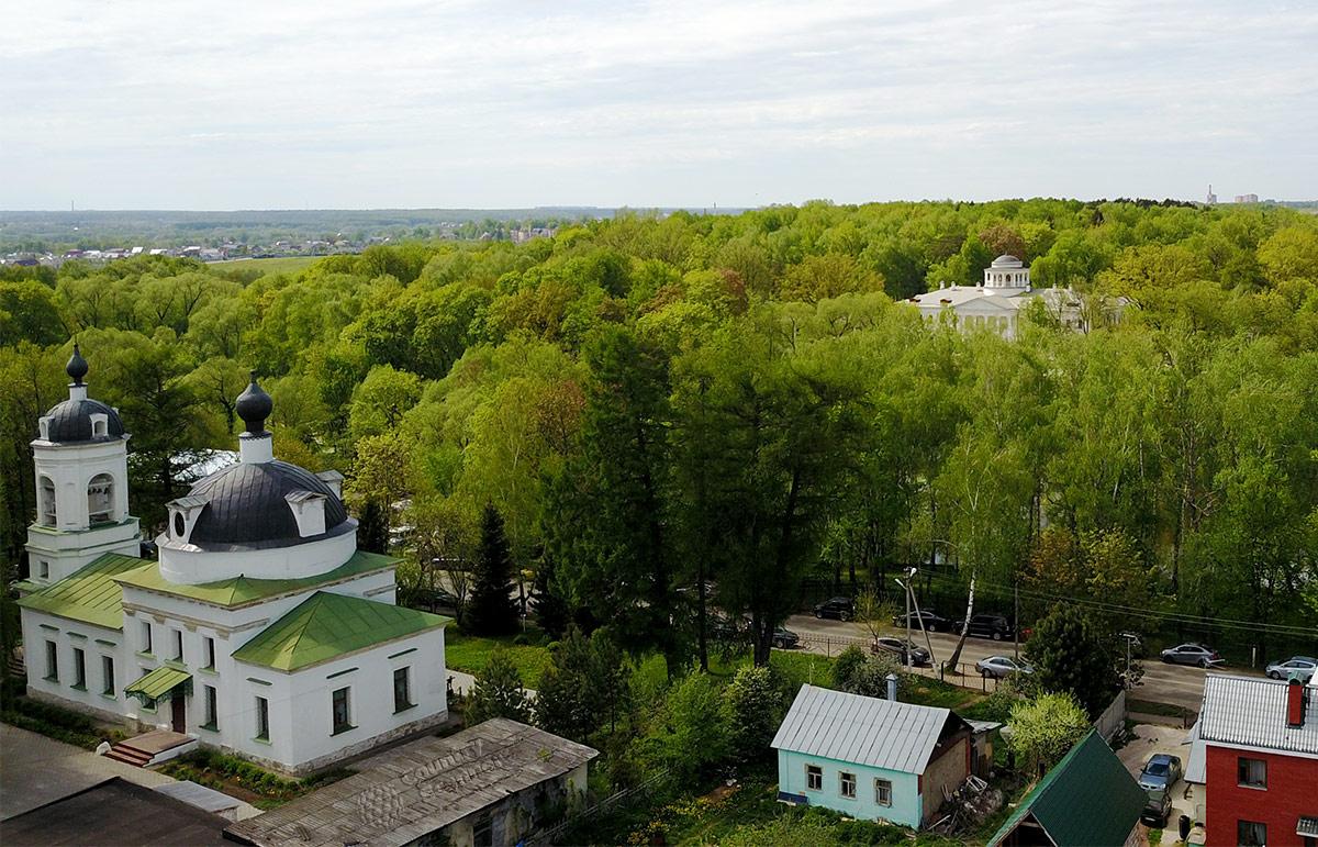 Храм Троицы Живоначальной в Остафьеве находится менее чем в 200 метрах от знаменитой усадьбы князей Вяземских. Из усадьбы можно видеть верхнее строение церкви, а с колокольни видна усадьба.
