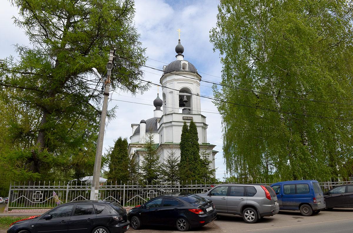 Обочина сельской улицы возле ограды храма Троицы Живоначальной в Остафьеве обычно занята припаркованными автомобилями. Здесь останавливаются и прихожане церкви, и экскурсанты.