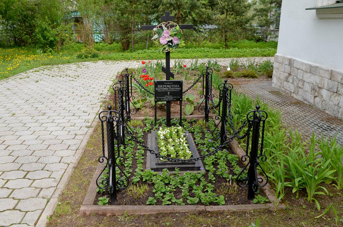 Из всех захоронений на территории храма Троицы Живоначальной в Остафьеве сохранилась только одна могила. В ней покоится графиня Екатерина Павловна Шереметева, урожденная Вяземская.