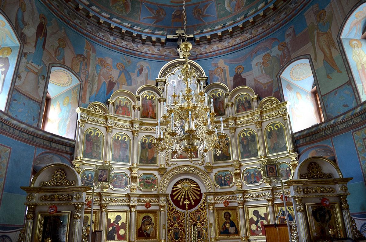 Иконостас храма Троицы Живоначальной в Остафьеве выглядит для сельской церкви просто великолепно. Три яруса икон в золоченной оправе возвышаются почти до купола.
