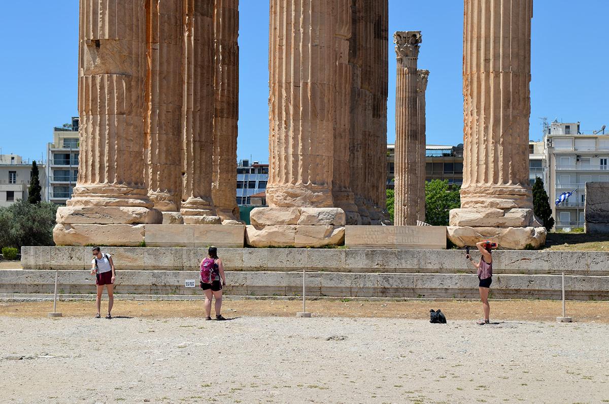 Вблизи основание храма Зевса Олимпийского выглядит особенно внушительно. Массивные плиты уложены в несколько рядов, колонны установлены на каменные подкладки. Диаметр колонн в нижней части больше человеческого роста.