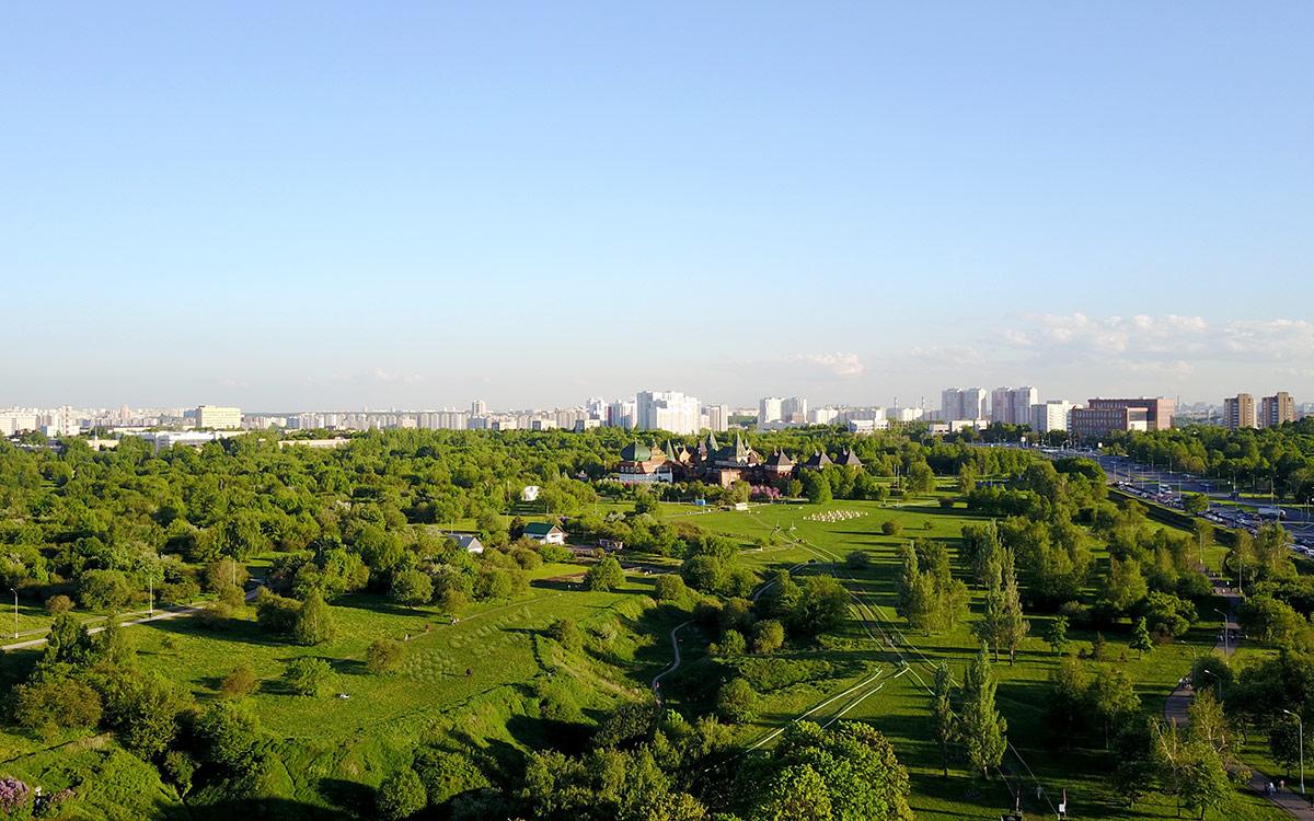 Панорама московской окраины в районе расположения коломенского дворца царя Алексея Михайловича. Дворец просматривается по центру снимка, далее жилые дома, справа – шоссе.
