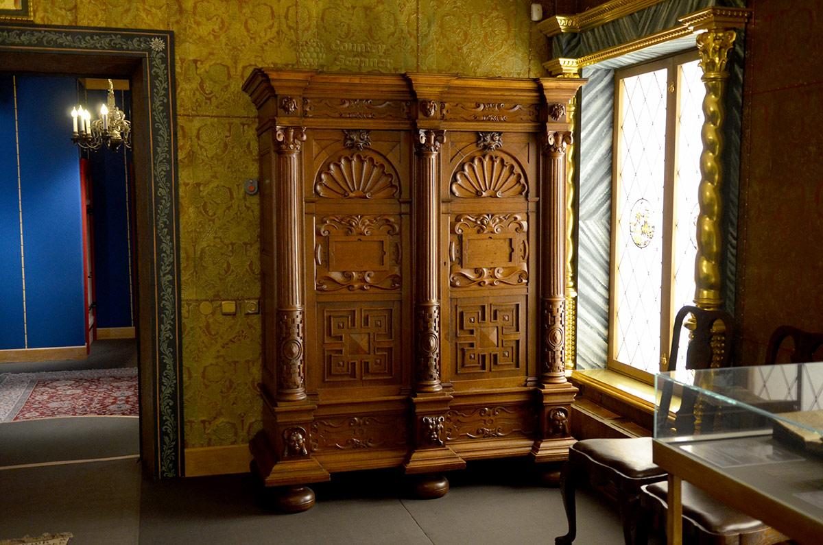Меблировка одной из палат женской половины коломенского дворца. каждое помещение отражает в своем оформлении вкусы и пристрастия хозяйки.