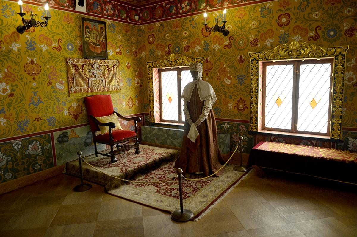 Престольная палата царицы в коломенском дворце оформлена несколько скромнее царской в мужской половине. Да и принимала здесь царица только женщин с их жалобами и просьбами.
