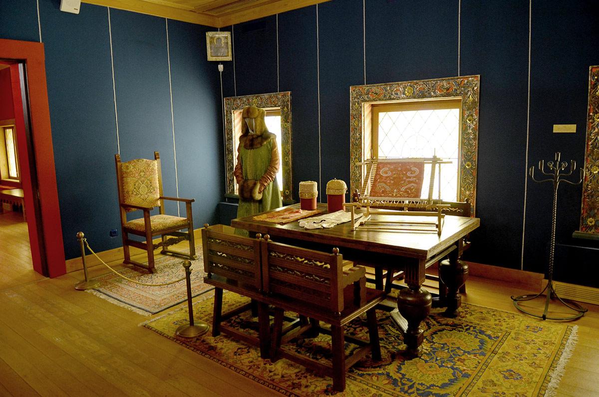 Мастерская палата женской половины коломенского дворца предназначена для занятий рукоделием. Царица здесь давала задания мастерицам и проверяла уже выполненные работы.