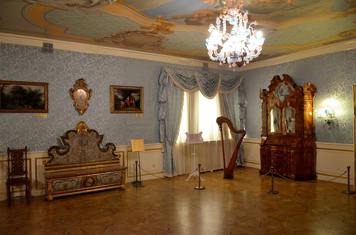 Голубая гостиная Елизаветы Петровны воссоздана в коломенском дворце в таком виде, какой она имела в детские годы будущей императрицы. Роскошь ни музыка нравились ей с детства.